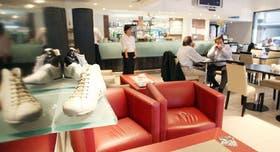 En el resto-bar de Boating conviven los zapatos exclusivos de la marca con una propuesta gastronómica especial