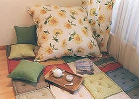 El almohadón y la cortina floreados otorgan vivacidad a los tonos neutros de la vajilla (De Levie y Bepinel)