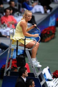 La danesa también hizo de umpire. Foto: AFP