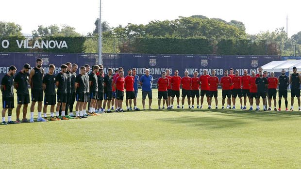 Messi (el primero de la izquierda) encabeza el minuto de silencio de los jugadores y cuerpo técnico de Barcelona