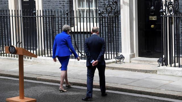 La primera ministra Theresa May vuelve a 10 Downing Street con su marido Philip tras haberse reunido con la reina Isabel II en el Palacio de Buckingham