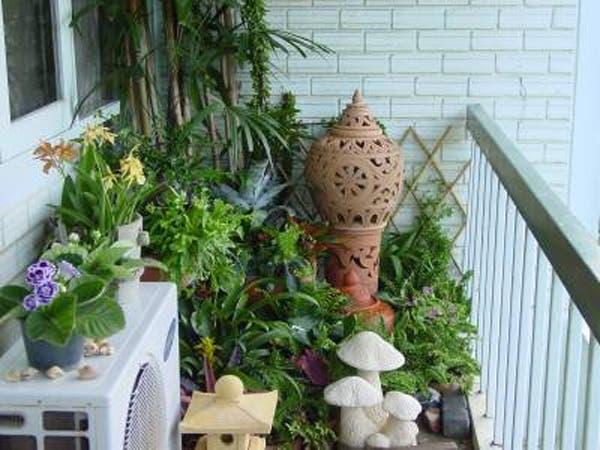 Una buena opción para los balcones chiquitos es llenarlos de plantas y macetas de diferentes tamaños. Foto: Gentileza 2.bp.blogspot.com