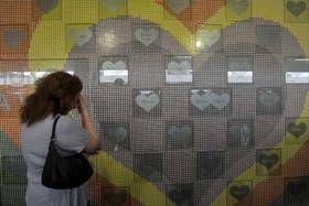 El memorial con los nombres de las víctimas en los corazones