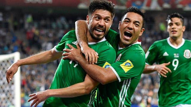 Todos buscan abrazar a Oribe Peralta, el goleador