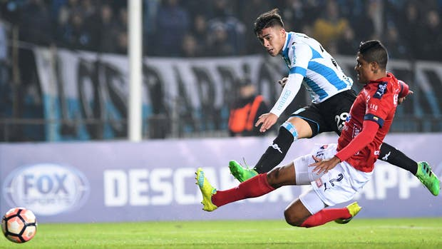 El remate cruzado de Brian Fernández para el segundo gol de Racing