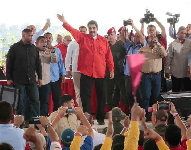 Maduro, junto con simpatizantes chavistas en Caruachi