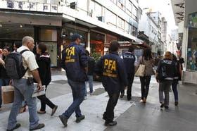 Inspectores de la Policía Federal, el BCRA y la AFIP, ayer en la peatonal Florida