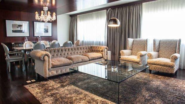 Una vista del living comedor de la suite presidencial que ocupan Lionel y Antonela