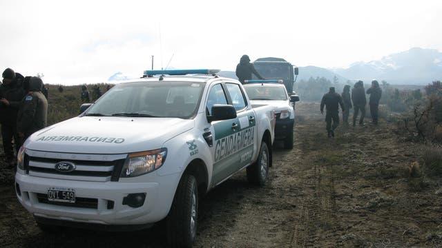 Dos de los móviles tres que ingresaron al lugar, dos camionetas Ranger, del escuadrón Esquel