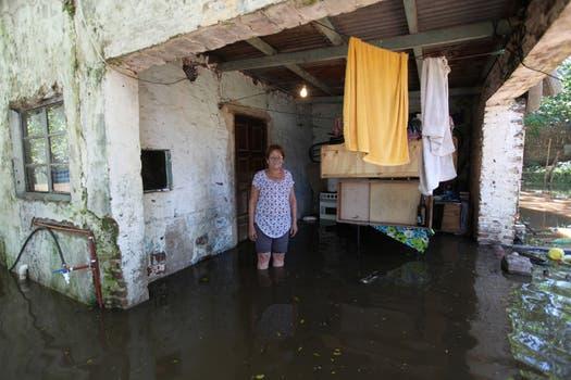 Rosa García en la puerta de su casa, a punto de perderlo todo bajo el agua. Foto: LA NACION / Ricardo Pristupluk