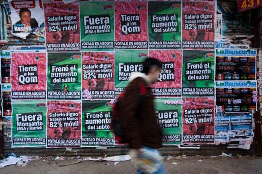 Las empresas que se encargan de elaborar los afiches ofrecen variados tamaños y diseños. Foto: LA NACION / Ezequiel Muñoz