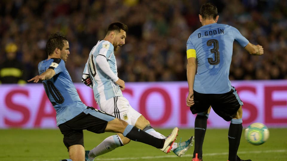 Dos contra uno, Messi enfrenta a Álvaro González y Diego Godin. Foto: Reuters / Miguel Rojo