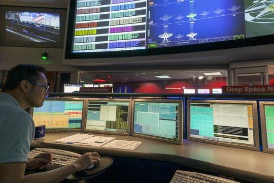 El centro de control del Laboratorio de Propulsión a Chorro de la NASA monitorea las 24 horas al robot explorador. Foto: NASA