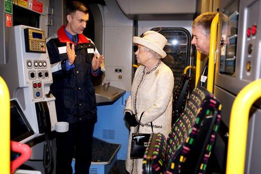 Seguro que Kate viajó en ese medio cuando era estudiante, pero debe ser  la primera vez de la Reina, quien también asistió al aniversario. Foto: Reuters