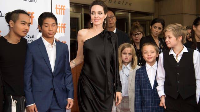 En una nueva presencia en el festival de Toronto Angelina Jolie junto a todos sus hijos
