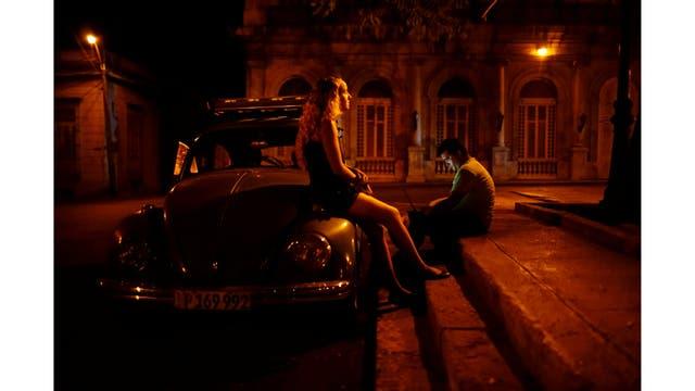 Una pareja en Ciego de Avila en el centro de Cuba, se conecta a internet en la calle