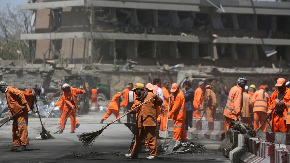 Todo la zona quedó en ruinas, edificios destruidos y autos destrozados. Foto: AP