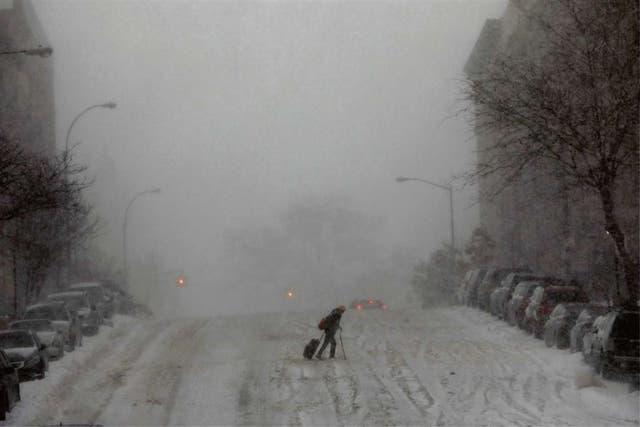 Una mujer intentaba cruzar la calle, ayer, en Manhattan