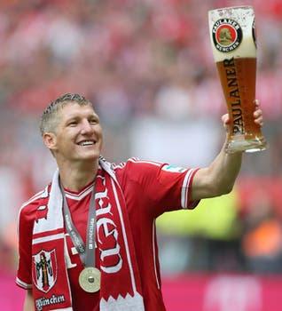 En la cancha, Schweinsteiger celebró con una buena cerveza.