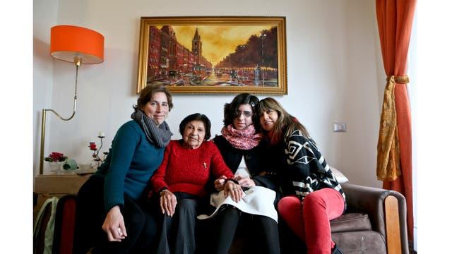 Angela, segunda desde la derecha, posa para un retrato con su madre Ximena Maturana, su abuela, y bisabuela, en su casa de Santiago de Chile. Angela, que nació varón, todavía lucha para llegar a un acuerdo con su identidad un año después de su transición.