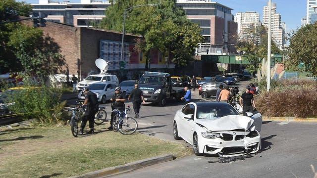 El lujoso auto destrozado, a metros de Salguero y la Costanera Rafael Obligado