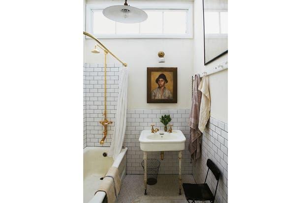 Muebles De Baño Antiguos:baño con muebles y artefactos viejos pero ambientados con mucha