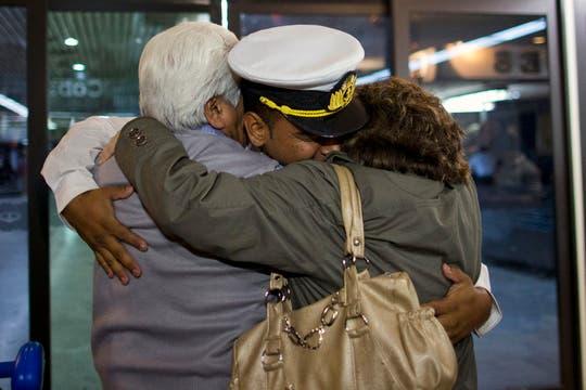La emotiva llegada a Ezeiza de los marinos desde Ghana, tras una larga espera e incertidumbre. Foto: AP