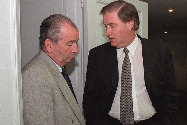 Con Angel Toma luego de una reunión por la violencia en el fútbol el 9 de diciembre de 1998.  Foto:Archivo