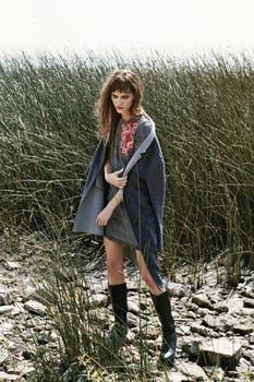 Vestido con bordado ($ 2300, Clara), tapado bicolor ($ 10.000, Lacoste), botas de cuero ($ 3300, Hush Puppies). Foto: Ana Fanelli