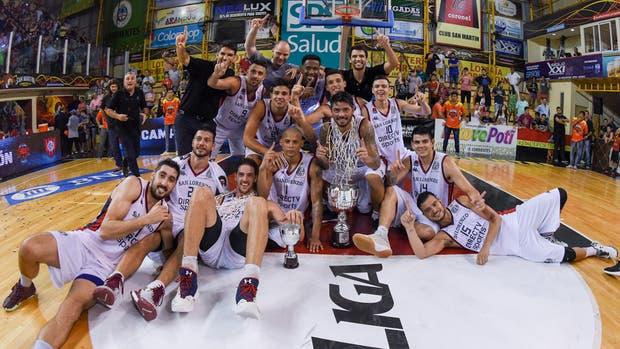 San Lorenzo, campeón del Super 4: el plantel con el trofeo