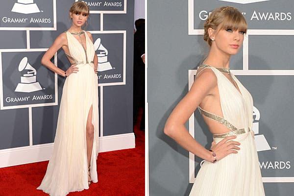 Taylor Swift, con un vestido blanco largo de chifón de seda con toques plateados, de J.Mendel. Foto: AFP