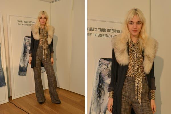 Naomi Preizler en la presentación de Levis. Tapado con cuello de piel, camisa con búlgaros y lazo al cuello y pantalón con cintura alta para un look bien invernal. Foto: Foto: Virtual Press