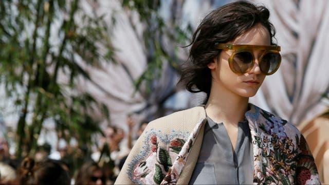 Detalle del abrigo Dior bordado con mapas y flores