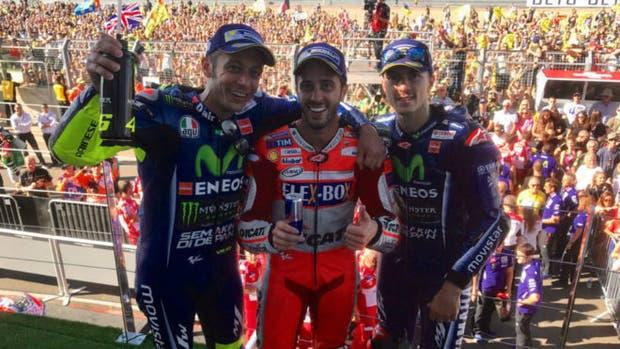 Dovizioso acompañado por Viñales y Rossi