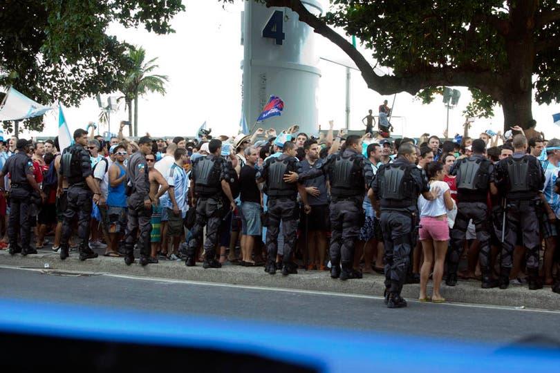 Un banderazo que pasó de ser una fiesta a un tenso momento con la policía brasileña. Foto: LA NACION / Juan López / Enviado especial