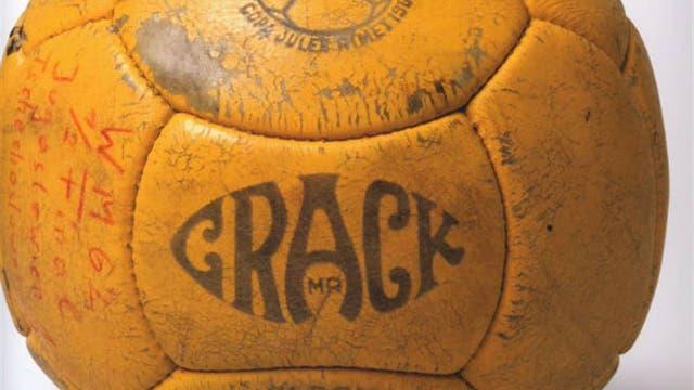 1962, Chile: en el Mundial de Chile se utilizó la Crack con un número mayor de paneles, así la pelota era más redonda que en las otras copas del mundo. Foto: Archivo