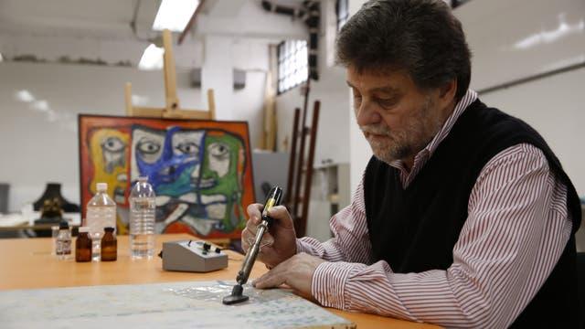 ¿Planchar un cuadro? Pino Monkes, conservador del Museo de Arte Moderno de Buenos Aires, emplea pequeñas planchas termocauterio para estirar las pinturas craqueladas; su trabajo lo enfrenta al paso del tiempo