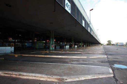 Es el quinto día consecutivo de paro del servicio de ómnibus de larga distancia, que afecta a más de 100.000 pasajeros en todo el país. Foto: LA NACION / Guadalupe Aizaga