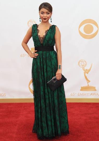 Sarah Hyland deslumbró con un vestido verde botella con encajes negros de Carolina Herrera y un make up muy trendy: labios oscuros. Foto: AP/EFE/Reuters