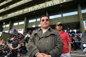 Raúl Maza durante la protesta en la puerta del Edidicio Centinela