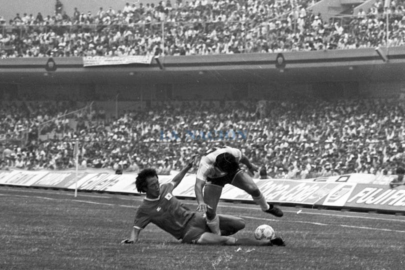 Maradona intenta escapar por la derecha. Foto: LA NACION / Antonio Montano