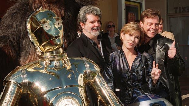 """Los personajes de las películas de """"Star Wars"""" se unen al escritor y director George Lucas: Carrie Fisher y Mark Hamill, en el estreno mundial de """"Star Wars Special Edition"""" el 18 de enero de 1997. Foto: Archivo"""