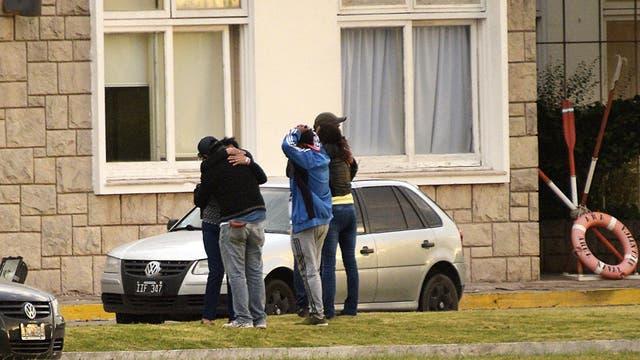 Familiares de los tripulantes comparten en Mar del Plata su desazón frente a la tragedia