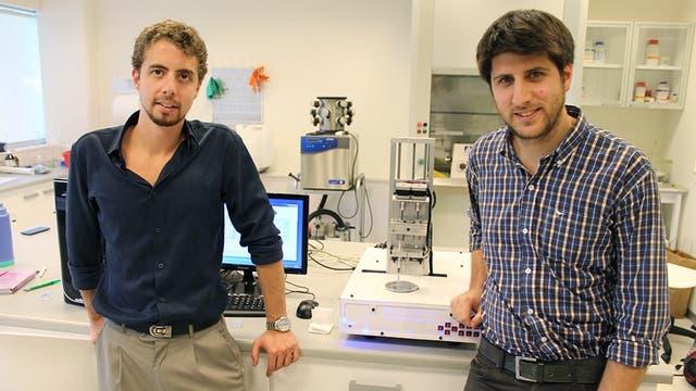 Aden Díaz Nocera y Gastón Galanternik, de Life SI, junto a la impresora 3-Donor