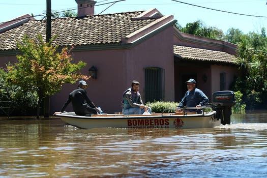 Los bomberos recorren en forma permanente la zona para ayudar a los afectados. Foto: LA NACION / Ricardo Pristupluk