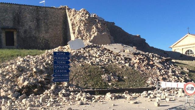 Un fuerte terremoto en el centro de Italia provocó destrozos y dejó heridos