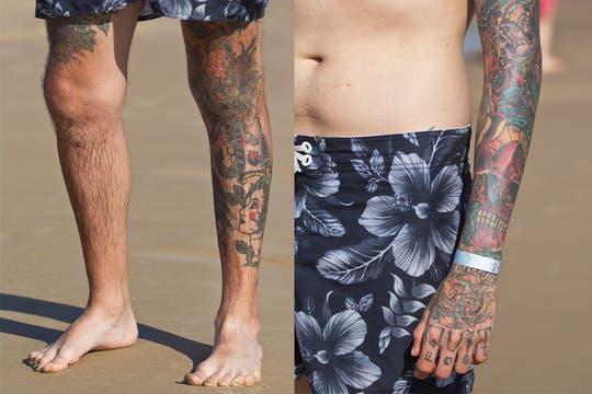 Los brazos y hasta los dedos tatuados, una foto habitual en Punta del Este. Foto: LA NACION / Sebastián Rodeiro