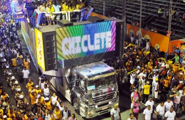 Los tríos eléctricos, inmensos camiones - escenarios son parte del canaval de Bahía
