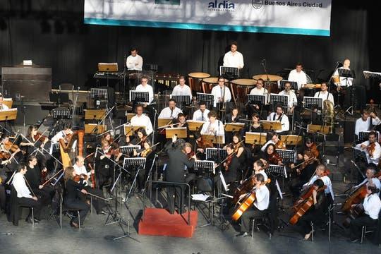 Enrique Roel dirigió la orquesta ante una gran cantidad de público. Foto: LA NACION / Mariana Araujo