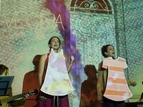 Las chicas de Vecina, Laura y Nela, cantan gratis en las callecitas de Colegiales y ofrecen su CD